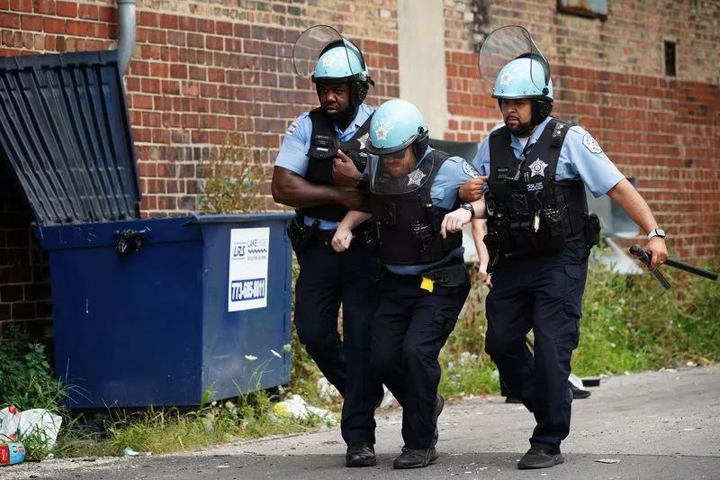 芝加哥爆骚乱抢掠 百多人被捕