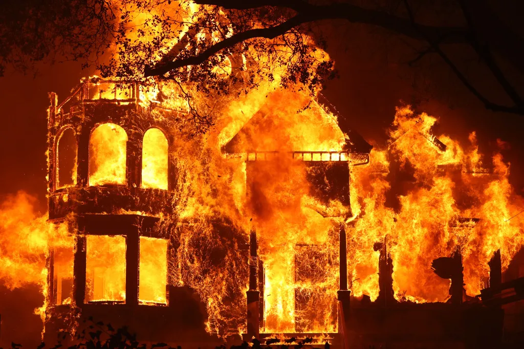 酒乡纳帕火情持续肆虐 七万人需要撤离
