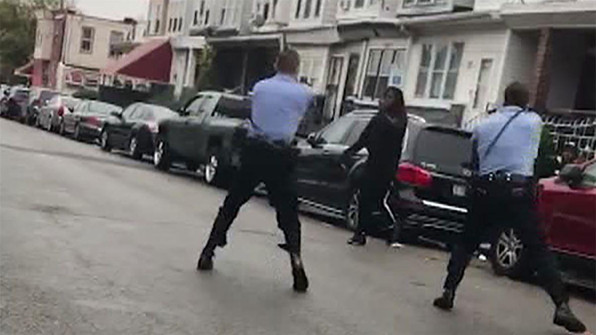 费城两名警员枪杀非裔男子引民众抗议游行
