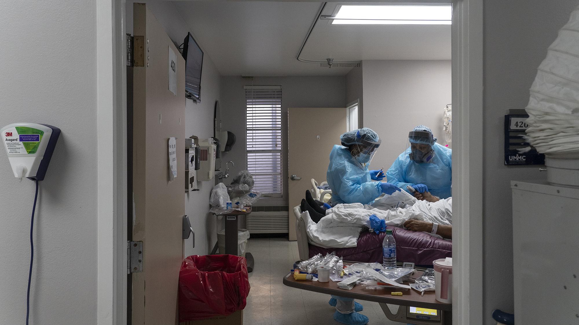 11/24美国疫情更新:美国创下最高住院记录;特朗普政府考虑缩短新冠隔离时间;洛杉矶县新冠死亡人数激增