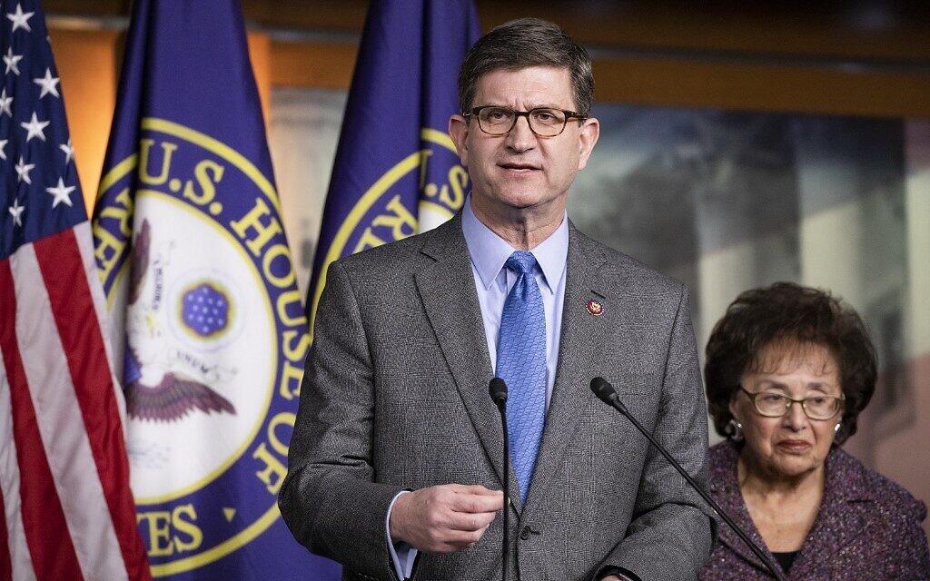 施奈德成为国会暴力后第三位感染新冠的民主党议员