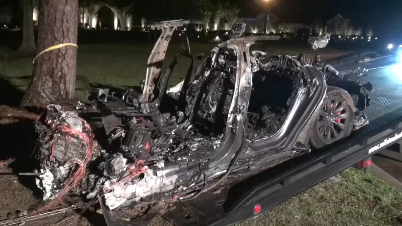 驾驶座上没人?特斯拉撞树起火2人死亡 马斯克:Autopilot没有被启用