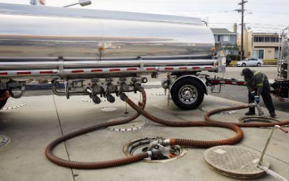 自驾游旺季遭遇原油短缺,司机太少约20%油罐车被闲置