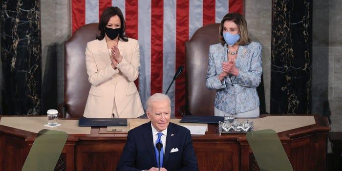 拜登国会演讲,美国历史首次由两名女性坐镇总统身后
