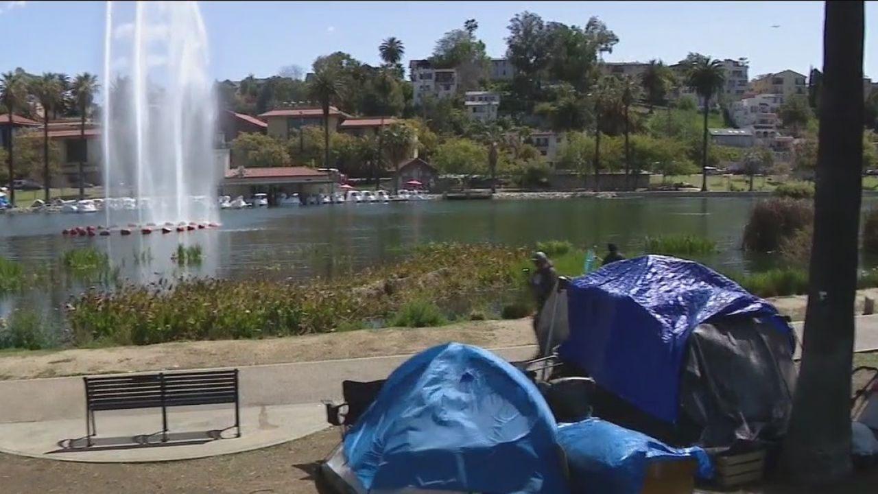 洛杉矶环境卫生部门从回声公园湖清理出35.7吨固体垃圾