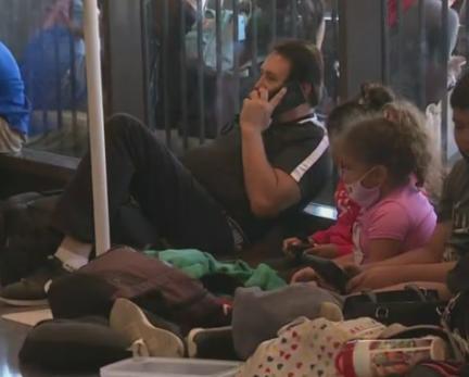 多家航空公司航班被迫取消,旅客被迫滞留机场