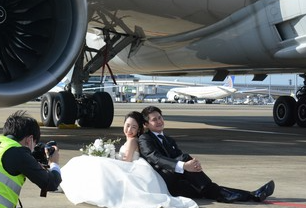 日本成田机场推出让新人在停机坪与飞机一起拍婚纱照