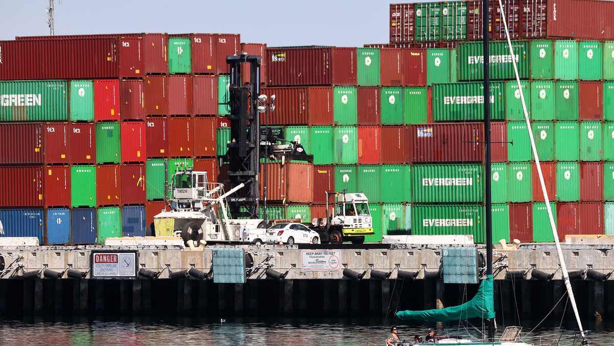 洛杉矶港约20万个货柜等待入港 港内堆积货物仍需2周处理